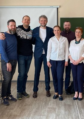 Evgeny Gordeev (center), entrepreneurs from the Equium business club and teachers from school #26 in Pyatigorsk